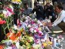 Hàng loạt nghệ sĩ hủy show, tưởng nhớ nạn nhân xấu xố sau thảm kịch tại Anh