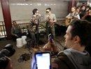 Adam Levine cải trang thành nghệ sĩ đường phố, gây náo loạn tại ga điện ngầm