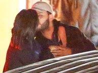 Selena Gomez lộ ảnh ôm hôn tình tứ với bạn trai cũ của Bella Hadid