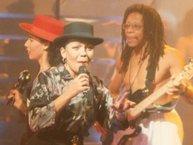 """Nữ ca sĩ """"Lambada"""" bất ngờ qua đời vì tai nạn xe hơi thảm khốc"""