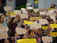 Fan Việt ngay ngắn xếp hàng chào đón biểu tượng nhan sắc nhà SM tại sân bay