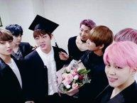 Hết maknae Jungkook tốt nghiệp cấp 3, BTS lại ăn mừng anh cả Jin tốt nghiệp đại học