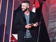 Giải thưởng quan trọng nhất iHeartRadio 2017 đã thuộc về...