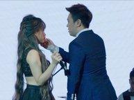 Mặc tin đồn hẹn hò, Lê Hiếu vẫn tình tứ cùng Khả Linh trên sân khấu