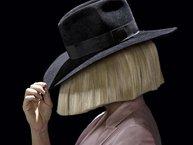 15 lần Sia rũ bỏ mái tóc giả và xuất hiện mặt thật trước công chúng