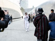 Xuất hiện trong ngày thứ 2 của Seoul Fashion Week, Sơn Tùng được truyền thông săn đón