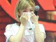 Quá xúc động vì fans, Jungyeon (TWICE) không thể ngừng khóc tại concert diễn ra ở Thái Lan