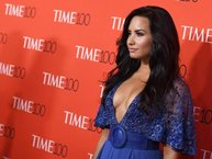 """Demi Lovato """"học đòi"""" Ed Sheeran, xăm hình sư tử kín mu bàn tay"""