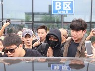 Seungri (Big Bang) liên tục chắp tay khi bị fan bao vây tại sân bay Trung Quốc