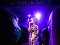 Katy Perry bật khóc trên sân khấu tưởng niệm nạn nhân vụ khủng bố ở Anh