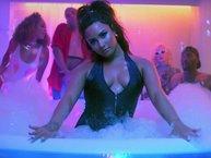 """Demi Lovato """"quẩy bung nóc nhà"""" trong MV """"Sorry Not Sorry"""""""