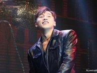 Sơn Tùng bị hàng trăm fan bao vây trong đêm nhạc miễn phí gây quỹ tủ sách vì cộng đồng