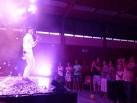 Trọng Hiếu bán hết sạch đĩa CD tiếng Việt - Đức tại minishow tri ân khán giả quê hương
