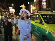 Fan lo lắng vì Tiêu Châu Như Quỳnh suýt bị tông xe khi thực hiện MV mới tại Thái Lan