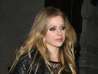 """Avril Lavigne trở lại, vẫn trẻ trung chẳng kém gì thời còn hát """"Hello Kitty"""""""