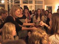 Hết đi 'rình' livestream, Taylor Swift mời cả trăm fan đến nhà riêng để giới thiệu album mới