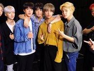 Bạn có nhận ra thói quen tạo dáng cực đáng yêu mỗi khi chụp hình cùng với các anh của Jungkook (BTS)?