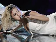 Diễn sung đến mức 'lộ hàng', Selena Gomez vẫn bị chê hát nhép trên sân khấu AMA