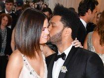 Selena Gomez và The Weeknd hôn nhau tình tứ trên thảm đỏ Met Gala 2017