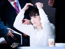 Cái kết ngọt ngào khi một fan nữ xin chữ ký của Lay (EXO)