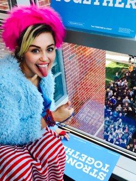 Miley Cyrus gõ cửa từng phòng trong ký túc xá kêu gọi ủng hộ bà Hillary Clinton