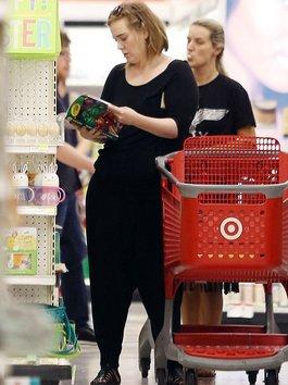 Chuyện gì sẽ xảy ra nếu Adele phát hiện siêu thị bán thiệp in hình của cô?