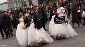 Hài hước cảnh nhóm fan nữ mặc áo cưới cầu hôn G-Dragon