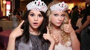 Những khoảnh khắc bùng nổ giống nhau của Selena Gomez và Taylor Swift