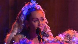 Miley Cyrus nghẹn ngào khi hát về thú cưng