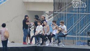 Fan thích thú khi EXO tập hát 'Người ấy' trong buổi tổng duyệt