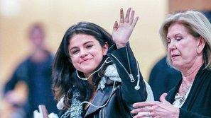 Fan thích thú với gương mặt trẻ măng của Selena Gomez tại sân bay