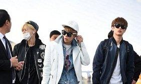 SHINee, EXO và A Pink rạng rỡ tại sân bay sang Việt Nam