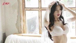 """HyunA bị nghi """"nâng cấp"""" vòng một"""