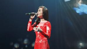 Ái Phương xinh đẹp quyến rũ trên sân khấu