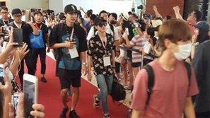 """Kỳ nghỉ của các nghệ sĩ SM bỗng biến thành """"fanmeeting ngoài trời"""""""