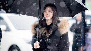 Khoảnh khắc các mỹ nữ TWICE đẹp tựa thiên thần đón tuyết đầu mùa tại Seoul