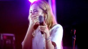Đang biểu diễn, nữ rapper Kpop chạy xuống sân khấu... khóc nức nở