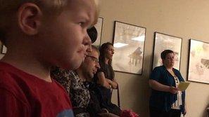 Bản nhạc thân quen này vừa cất lên đã khiến cậu bé 2 tuổi bật khóc vì quá xúc động