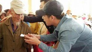 Mặc kệ thị phi, Noo Phước Thịnh về miền Trung làm từ thiện sau lũ