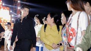 Fan đợi đến tận khuya để xem Noo Phước Thịnh tổng duyệt đêm nhạc ngày 7/1