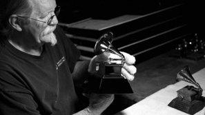 Bí mật đằng sau quá trình tạo ra chiếc máy quay đĩa Grammy danh giá
