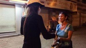 Hồ Ngọc Hà giản dị phát quà cho người vô gia cư giữa đêm