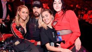 """Gia đình Miley Cyrus """"tiếp lửa"""" cho em gái tại iHeartRadio Music Awards 2017"""