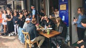 """Chết cười với bức ảnh """"bữa trưa yên tĩnh"""" khi đi tour tại Úc của Justin Bieber"""