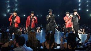 """Backstreet Boys đứng chung sân khấu với """"đối thủ một thời"""" NSYNC"""