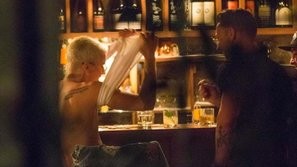 """Justin Bieber uống rượu, """"thoát y"""" giữa bar khi đi chơi cùng Martin Garrix"""