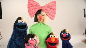 """Sia bất ngờ xuất hiện, """"làm loạn"""" chương trình dành cho thiếu nhi """"Sesame Street"""""""