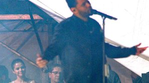 Selena Gomez ăn mặc giản dị, mỉm cười âu yếm nhìn bạn trai biểu diễn