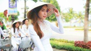Ngắm Hồ Ngọc Hà đẹp không tì vết trong tà áo dài trắng