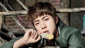 Choáng váng trước cảnh tượng Jin bị fan ném thú bông vào đầu tại một concert của BTS